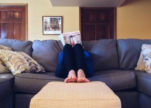 אישה קוראת עיתון