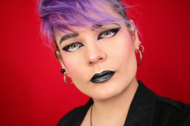 אישה עם שיער סגול ופירסינג
