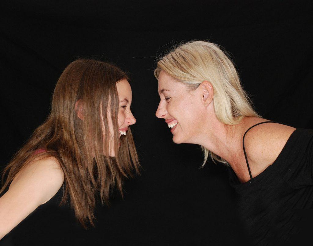 נשים צוחקות