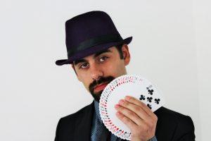 איש עם קלפים