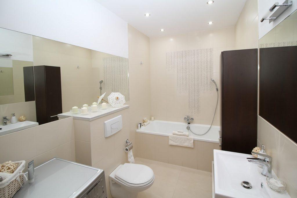 חדר אמבטיה עם מראה