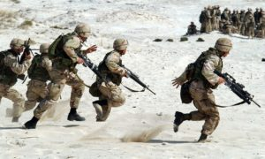 חיילים רצים בחולות