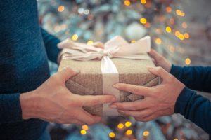 זוג מחליף מתנה
