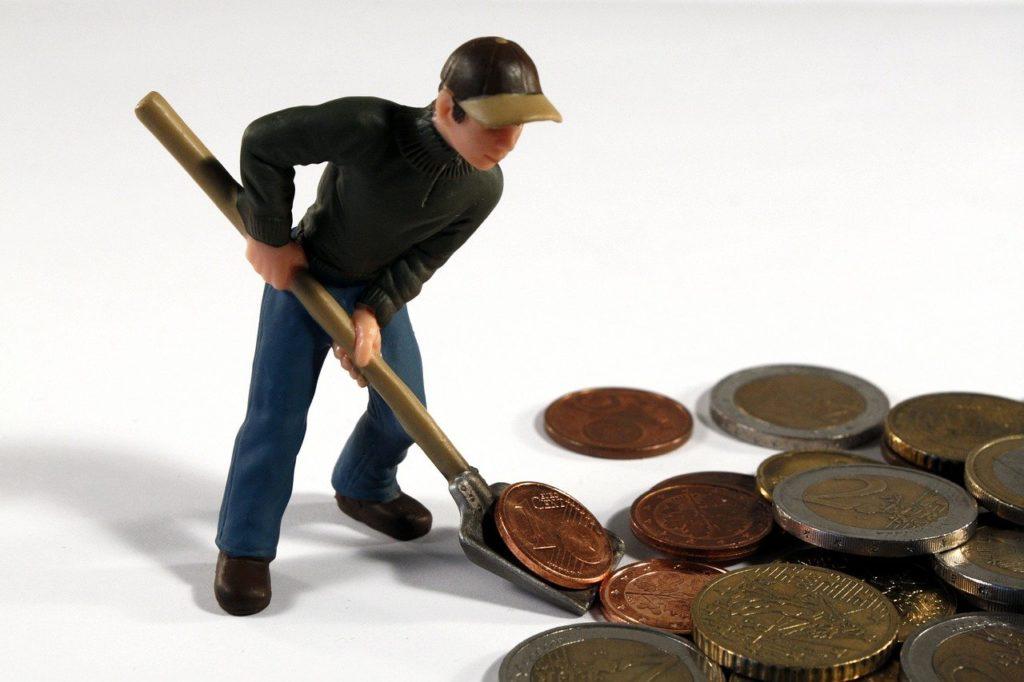 איש חופר במטבעות