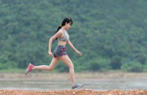 אישה עושה ספורט